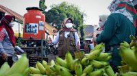 Bupati Tegal Umi Azizah meninjau sarana kelengkapan cuci tangan di Pasar Trayeman