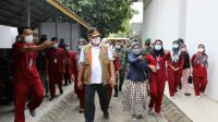 Ketua Satgas Nasional yang juga Kepala BNPB Letjen TNI Ganip Warsito saat menyapa warga yang terpapar covid di Pekanbaru