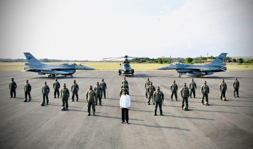 Presiden Joko Widodo berfoto bersama para penerbang Garuda Flight dan Nusantara Flight di Pangkalan TNI AU Iswahjudi