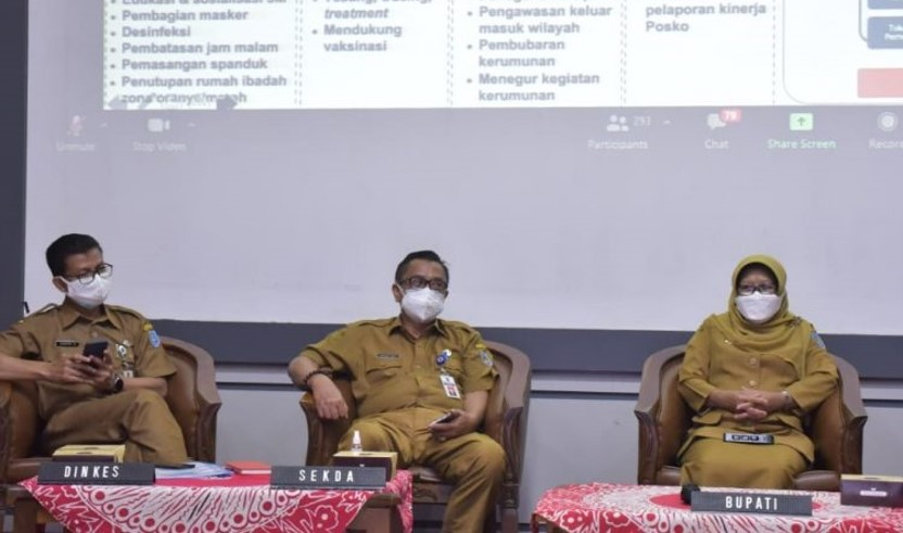 Acara Webinar Peningkatan Kapasitas Kepemimpinan Kolaboratif dalam Mempercepat Penanganan Pandemi Covid-19 yang diikuti Bupati Tegal Umi Azizah