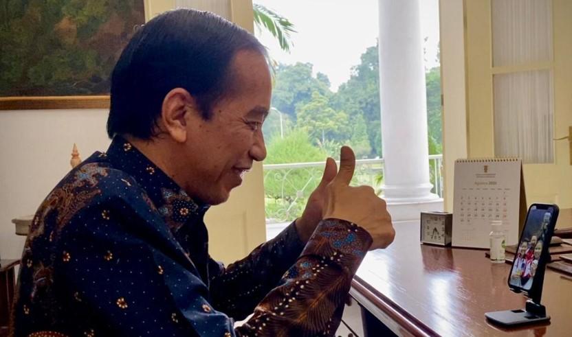 Presiden Joko Widodo melakukan panggilan video dengan pasangan Greysia Polii dan Apriyani Rahayu dari Istana Kepresidenan Bogor