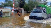 Badan Penanggulangan Bencana Daerah (BPBD) Kabupaten Sintang melaporkan banjir tersebut menutup akses jalan masuk ke Kabupaten Siantang