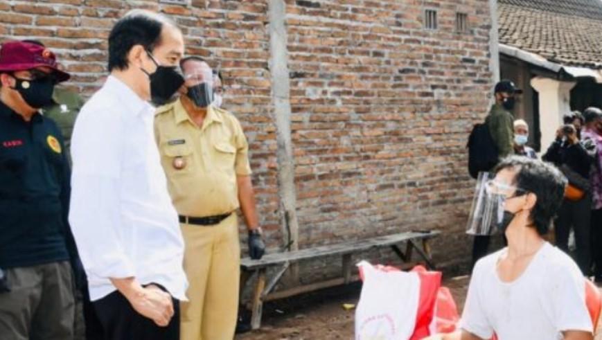 Presiden Joko Widodo saat meninjau program vaksinasi Covid-19 kepada masyarakat secara pintu ke pintu di Dukuh Ngledok, Desa Segaran, Kecamatan Delanggu, Kabupaten Klaten
