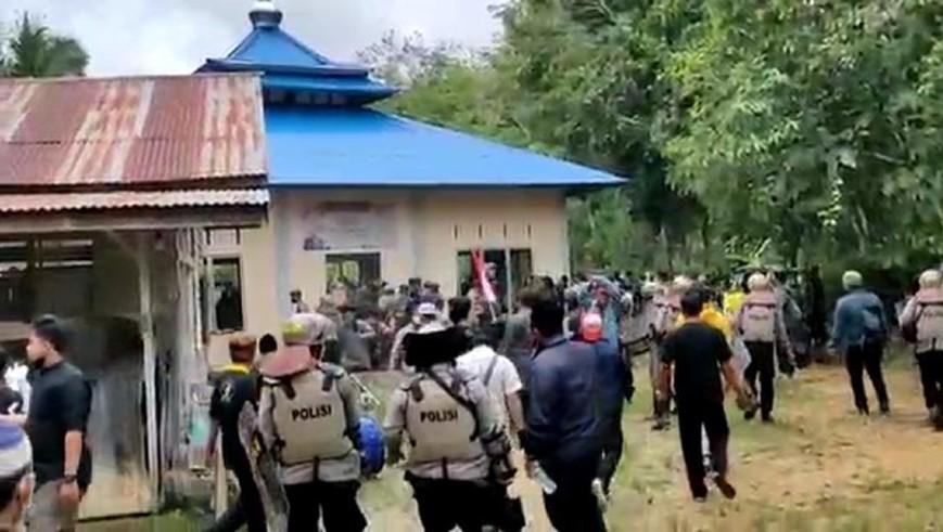 Warga rusak masjid Ahmadiyah di Sintang, Kalbar